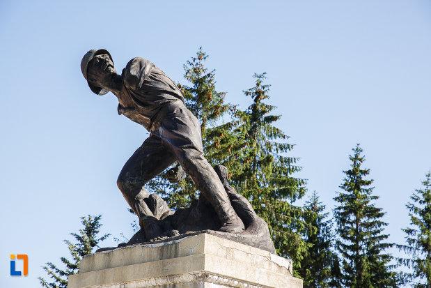 monumentul-ultima-grenada-a-caporalului-constantin-musat-judetul-prahova-vazut-de-jos.jpg