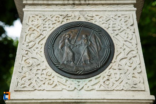 monumentul-unirii-principatelor-din-focsani-judetul-vrancea-mica-sculptura-in-relief.jpg