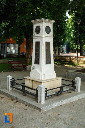 monumentul-unirii-principatelor-din-focsani-judetul-vrancea-vazut-din-lateral.jpg