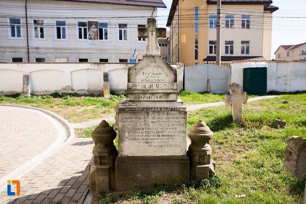 mormant-vechi-din-cimitirul-bisericii-grecesti-bunavestire-din-alba-iulia-judetul-alba.jpg