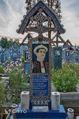 mormantul-lui-pop-gheorghe-cimitirul-vesel-din-sapanta-judetul-maramures.jpg