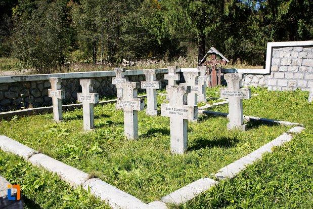 morminte-de-la-monumentul-si-cimitirul-eroilor-din-primul-razboi-mondial-din-predeal-judetul-brasov.jpg