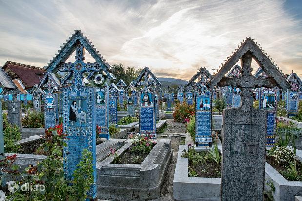morminte-din-cimitirul-vesel-din-sapanta-judetul-maramures-2.jpg