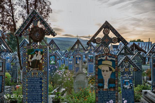 morminte-din-cimitirul-vesel-din-sapanta-judetul-maramures.jpg