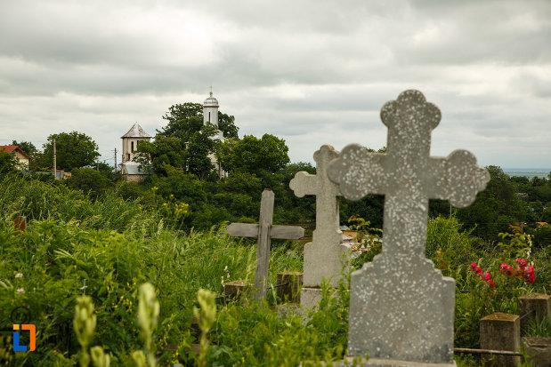 mormintele-de-langa-biserica-ovidenia-din-odobesti-judetul-vrancea.jpg