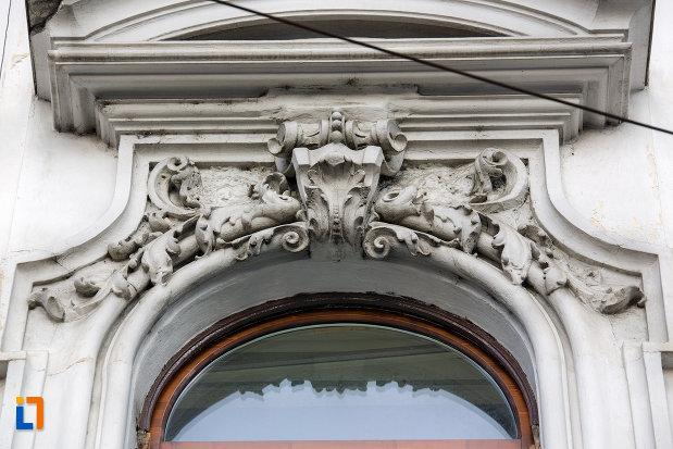 motive-de-pe-fereastra-de-la-palatul-babos-din-cluj-napoca-judetul-cluj.jpg
