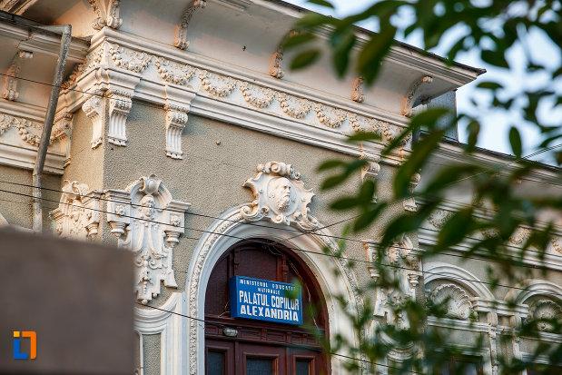 motive-decorative-de-la-casa-zarzara-palatul-copiilor-din-alexandria-judetul-teleorman.jpg