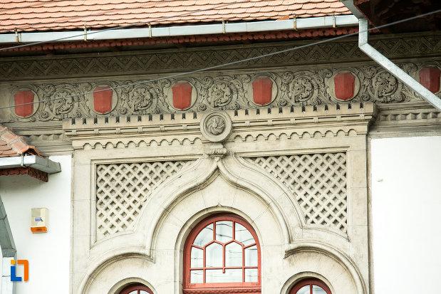 motive-decorative-de-pe-biblioteca-universitara-tudor-arghezi-din-targu-jiu-judetul-gorj.jpg