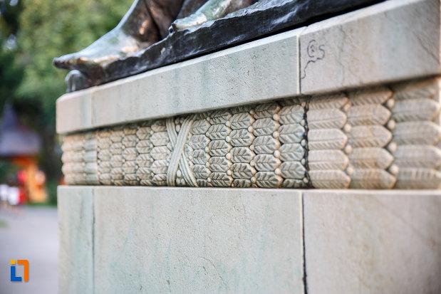 motive-decorative-de-pe-statuia-lui-alexandru-ioan-cuza-din-alexandria-judetul-teleorman.jpg