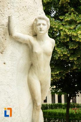 muza-de-pe-statuia-lui-mihai-eminescu-din-galati-judetul-galati.jpg