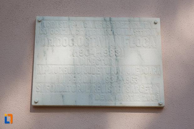muzeul-civilizaitiei-dacice-si-romane-din-deva-placa-comemorativa.jpg