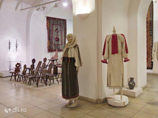 muzeul-costumelor-populare-din-romania.jpg
