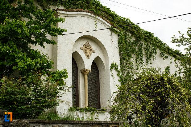 muzeul-de-arta-casa-simian-din-ramnicu-valcea-judetul-valcea-imagine-cu-una-dintre-ferestrele-cladirii.jpg