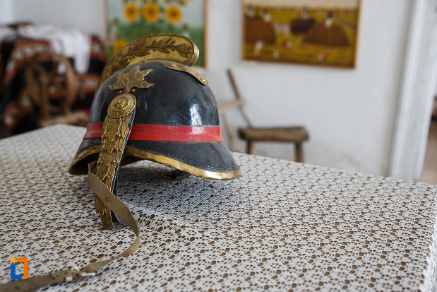 muzeul-de-etnografie-si-arta-populara-din-ciacova-judetul-timis-casca-de-pompier.jpg