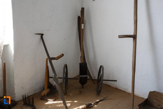 muzeul-de-etnografie-si-arta-populara-din-ciacova-judetul-timis-cateva-exponate-de-uz-casnic.jpg