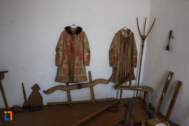 muzeul-de-etnografie-si-arta-populara-din-ciacova-judetul-timis-straie-populare.jpg