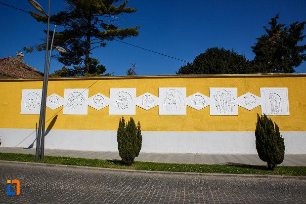 muzeul-de-etnografie-si-arta-populara-din-orastie-judetul-hunedoara-cateva-detalii-de-pe-zidul-imprejmuitor.jpg