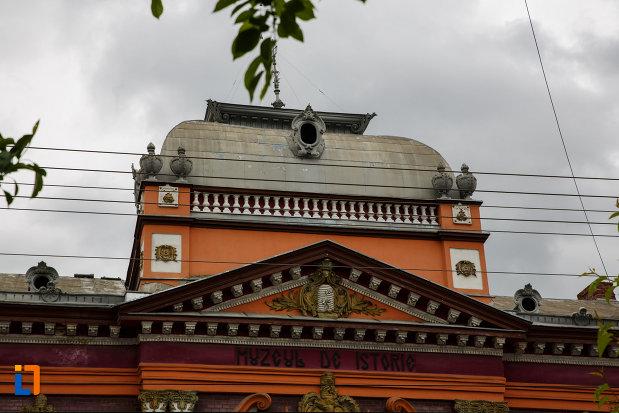 muzeul-de-istorie-din-lugoj-judetul-timis-imagine-cu-detaliile-acoperisului.jpg