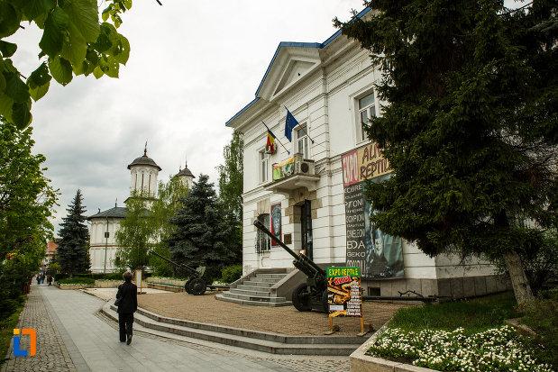 muzeul-de-istorie-din-ramnicu-valcea-judetul-valcea-imagine-cu-spatiul-ce-se-afla-in-fata-lui.jpg