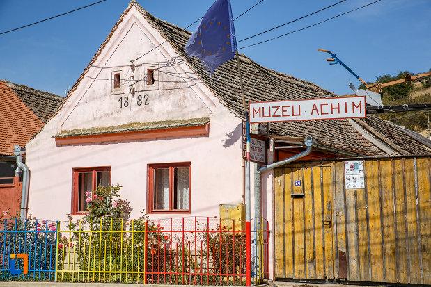 muzeul-etnografic-achim-aurel-din-ocna-sibiului-judetul-sibiu.jpg