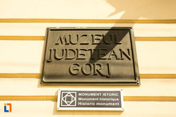 muzeul-judetean-de-arheologie-si-istorie-din-targu-jiu-judetul-gorj-cladire-monument-istoric.jpg
