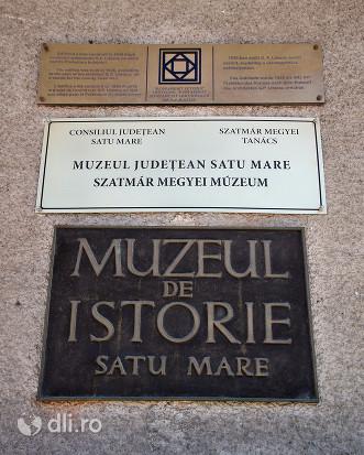 muzeul-judetean-de-istori-satu-mare-placa-de-informare.jpg