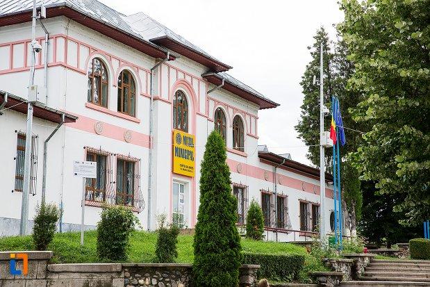 muzeul-municipal-curtea-de-arges-judetul-arges-vazut-din-lateral.jpg