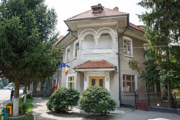 muzeul-municipal-de-istorie-din-rosiori-de-vede-judetul-teleorman-fotografiat-din-spate.jpg