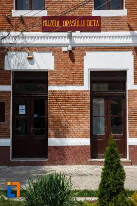 muzeul-orasului-deta-judetul-timis0-imagine-cu-intrarea-in-cladire.jpg