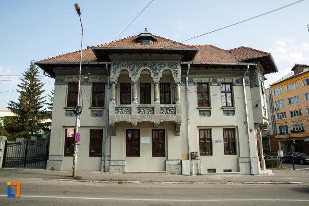 muzeul-podgoriei-muzeul-viei-si-vinului-din-dragasani-judetul-valcea-fatada-principala.jpg