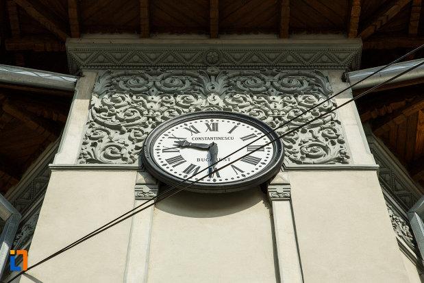 muzeul-podgoriei-muzeul-viei-si-vinului-din-dragasani-judetul-valcea-imagine-cu-ceasul.jpg