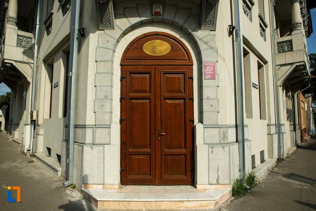 muzeul-podgoriei-muzeul-viei-si-vinului-din-dragasani-judetul-valcea-usa-din-lemn.jpg