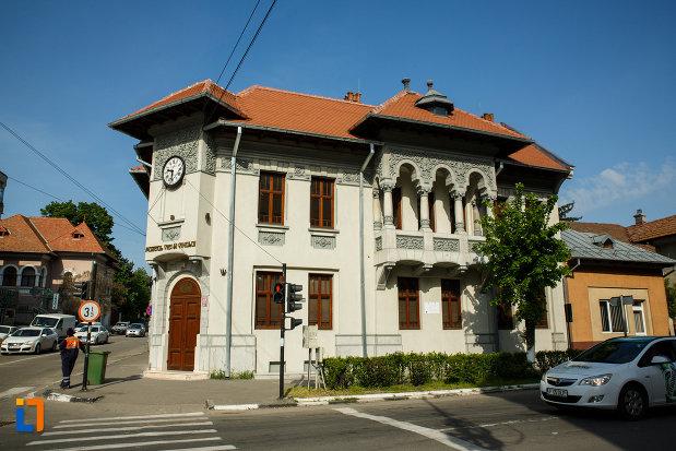 muzeul-podgoriei-muzeul-viei-si-vinului-din-dragasani-judetul-valcea-vazut-din-lateral.jpg
