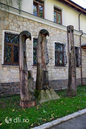 muzeul-tarii-oasului-din-negresti-oas-judetul-satu-mare-vedere-cu-sculpturi.jpg