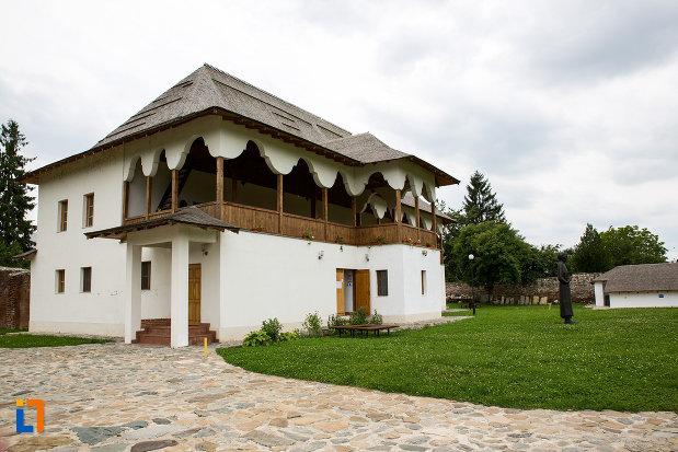 muzeul-tiparului-si-al-cartii-romanesti-vechi-din-targoviste-judetul-dambovita.jpg