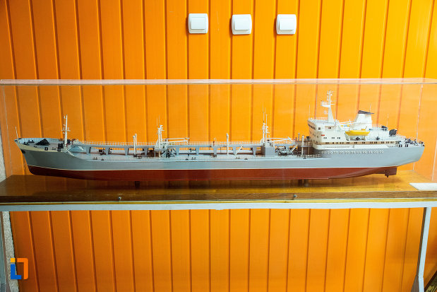 nava-la-mici-dimensiuni-expusa-in-muzeul-regiunii-portilor-de-fier-din-drobeta-turnu-severin-judetul-mehedinti.jpg