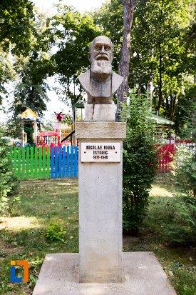 nicolae-iorga-grupul-statuar-din-parcul-mihai-eminescu-din-botosani-judetul-botosani.jpg