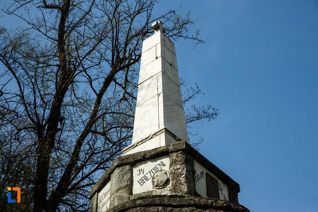 obeliscul-de-pe-monumentul-eroilor-din-brezoi-judetul-valcea.jpg