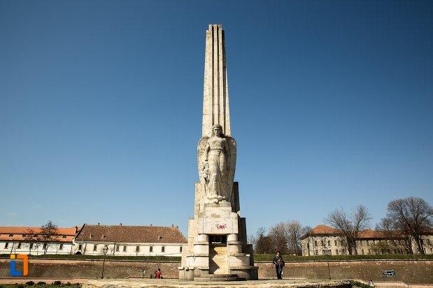 obeliscul-lui-horea-closca-si-crisan-din-alba-iulia-judetul-alba.jpg