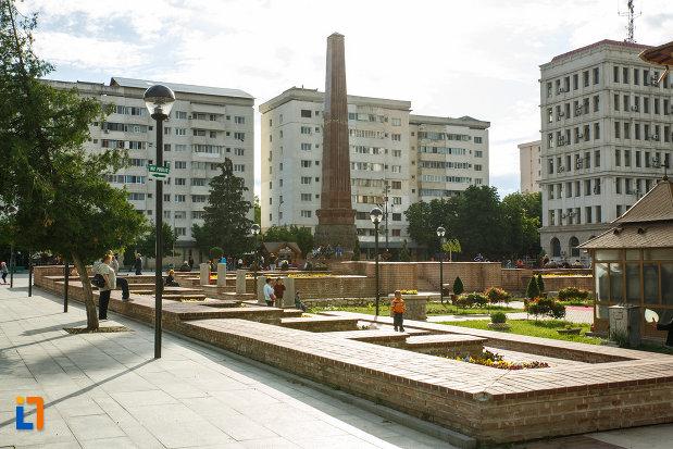 obeliscul-si-piata-unirii-din-focsani-judetul-vrancea.jpg