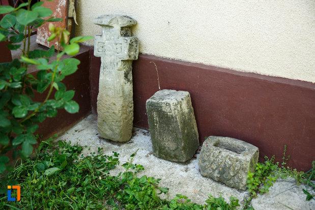 obiecte-din-piatra-aflate-la-biserica-muzeu-sf-ilie-biserica-noua-din-dragasani.jpg
