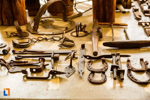 obiecte-prelucrate-din-fier-conacul-theodor-bals-azi-muzeul-nordului-din-darabani-judetul-botosani.jpg