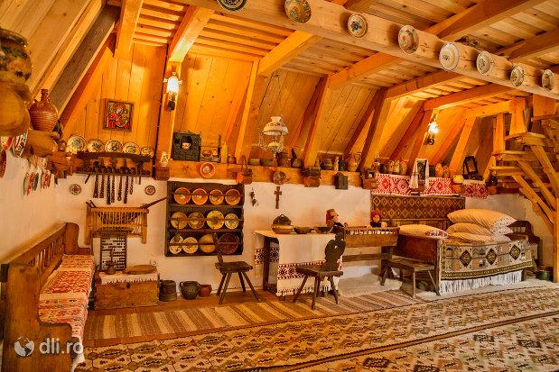 obiecte-traditionale-din-muzeul-de-la-manastirea-barsana-judetul-maramures.jpg