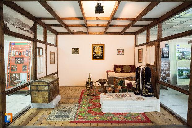 obiecte-traditionale-din-muzeul-regiunii-portilor-de-fier-din-drobeta-turnu-severin-judetul-mehedinti.jpg