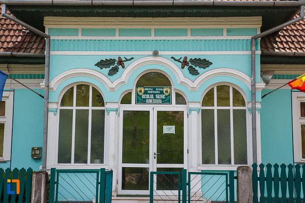 ocolul-silvic-din-hunedoara-judetul-hunedoara-imagine-cu-intrarea-in-cladire.jpg