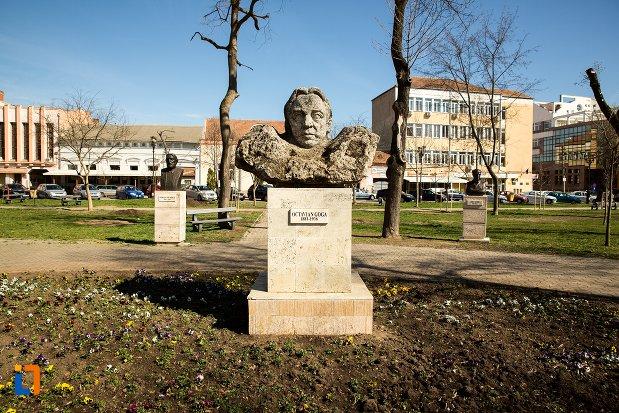 octavian-goga-grupul-statuar-din-fata-casei-de-cultura-a-studentilor-din-alba-iulia-judetul-alba.jpg