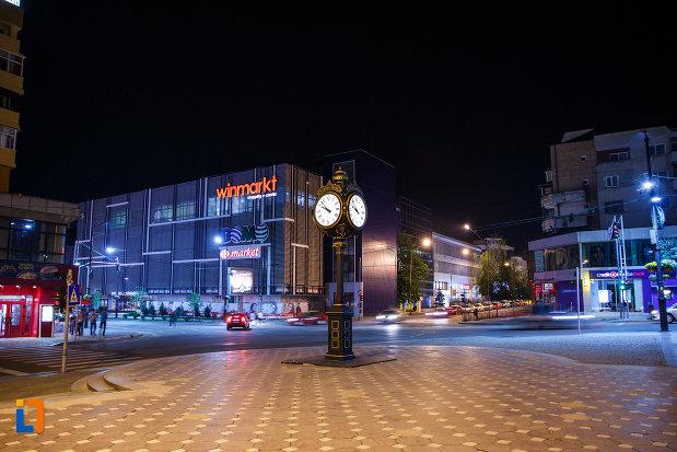 orasul-ramnicu-valcea-judetul-valcea-imagine-nocturna-cu-centrul-orasului.jpg