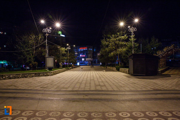 orasul-ramnicu-valcea-judetul-valcea-vazut-noaptea.jpg