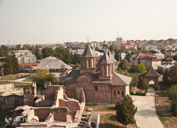 orasul-targoviste-biserica-mare-domneasca-si-ruinele-curtii-domnesti-targoviste.jpg