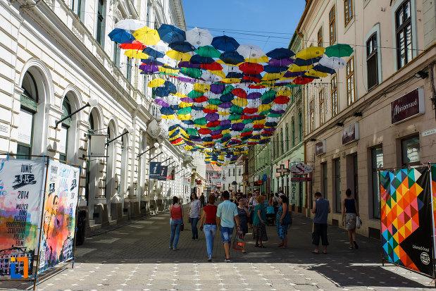 orasul-timisoara-judetul-timis-sub-umbrele-colorate.jpg